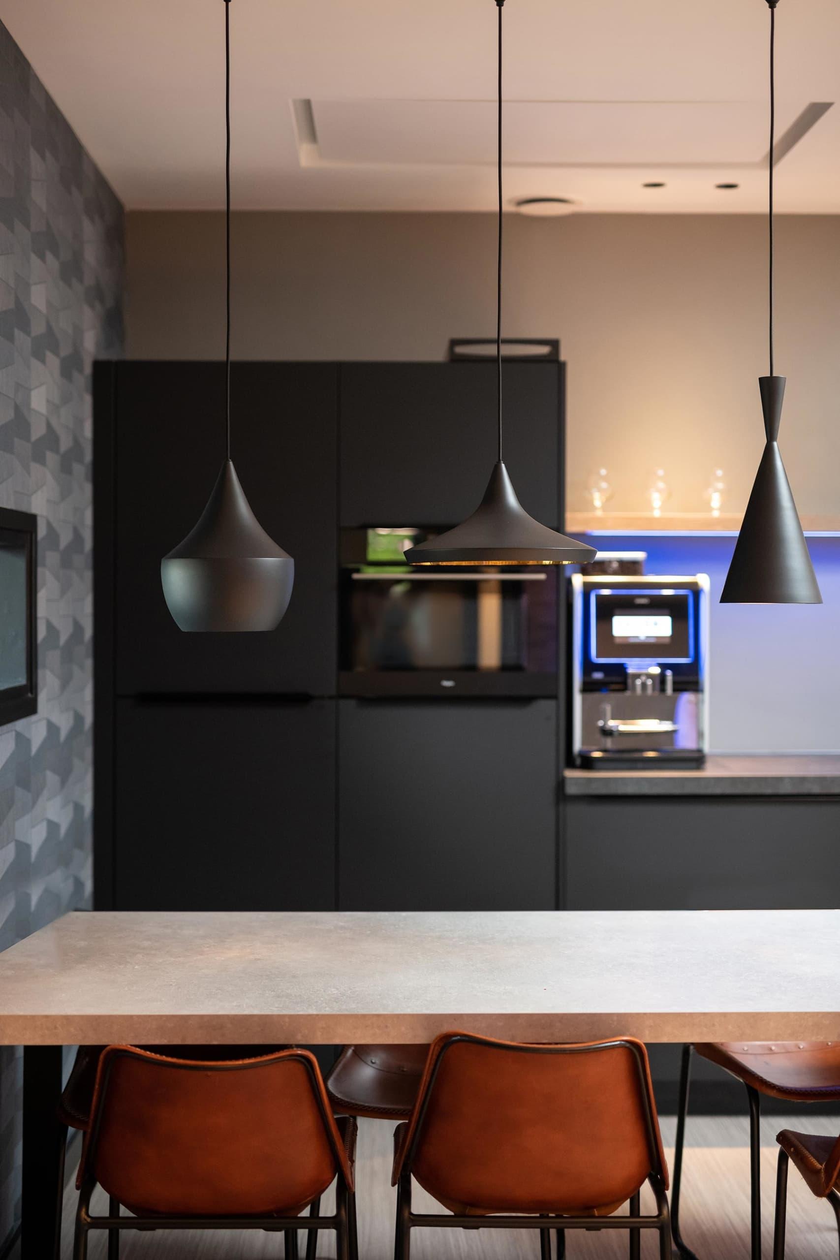 Verschillende toepassingen van Infraroodverwarming in showroom bedrijfspand Van Bon Elektro